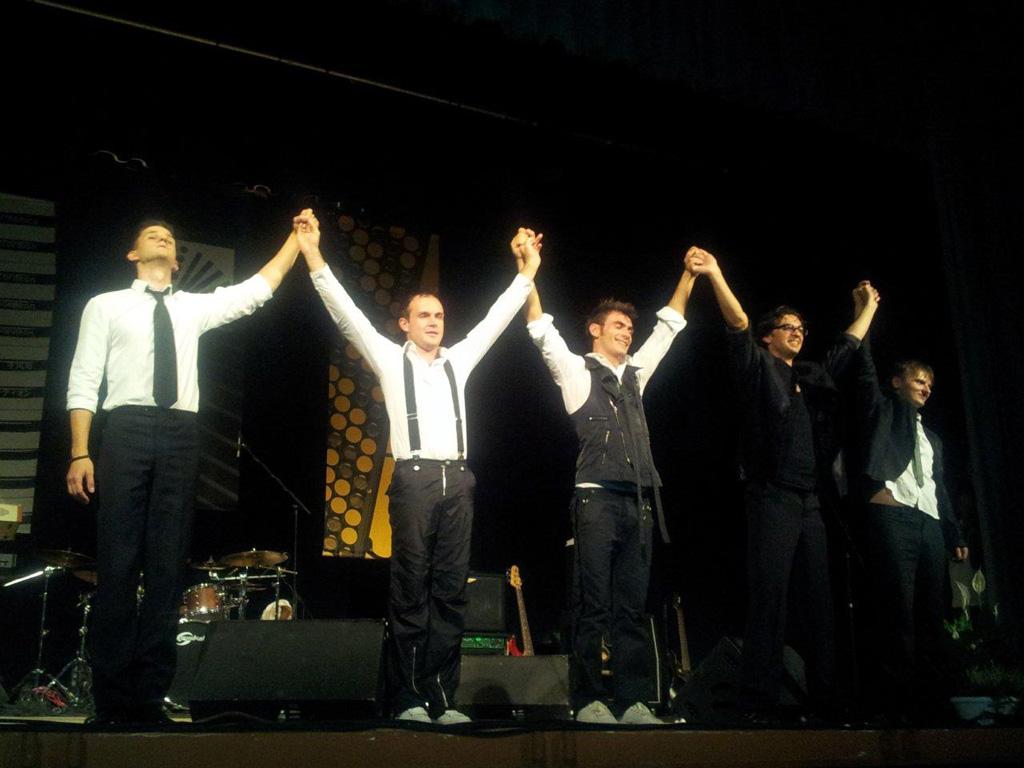 Il Console Onorario di Russia presenzia all'esibizione di Peter Dranga e della sua band